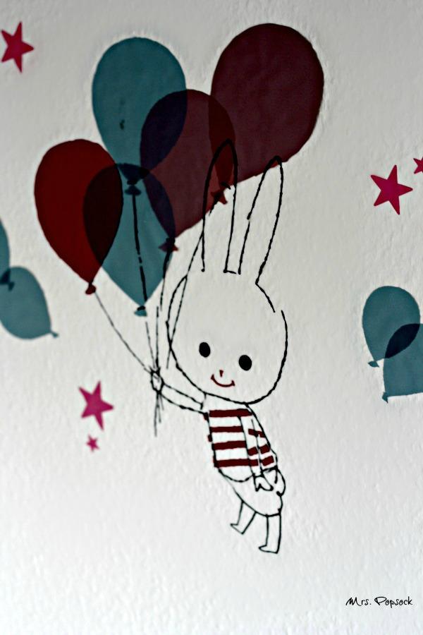 häschen mit ballons über dem bettchen